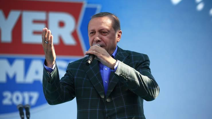 Vor dem Referendum in der Türkei hat Staatschef Recep Tayyip Erdogan um massenhafte Zustimmung zur Einführung seines Präsidialsystems geworben.
