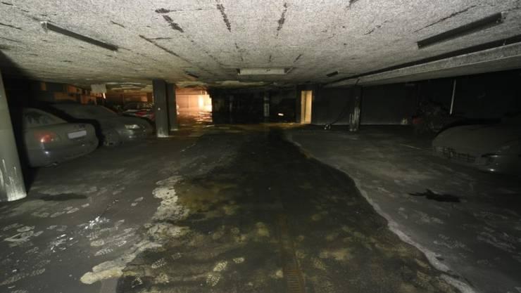 Beim Brand in der Tiefgarage eines Altersheims in Oberarth SZ am 7. August ist grosser Sachschaden an parkierten Autos und am Gebäude entstanden. 16 Personen aus den Alterswohnungen darüber wurden evakuiert.