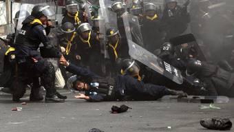 Polizist bei Auseinandersetzungen durch Kopfschuss getötet