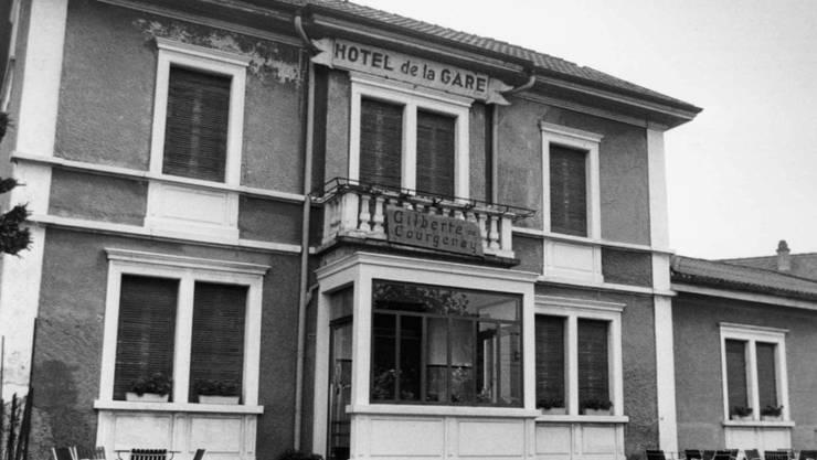 """Das Hôtel de la Gare in Courgenay (JU), einst Wirkungsstätte der """"petite Gilberte"""", ist versteigert worden."""