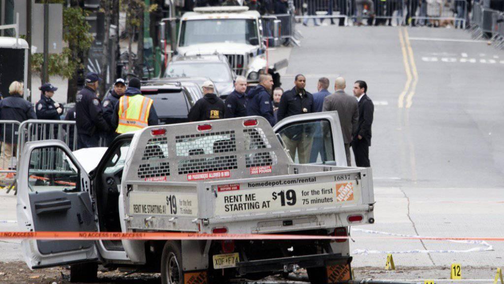 Die Islamisten-Terrormiliz IS hat den Anschlag von New York mit einem Kleinlaster für sich reklamiert.