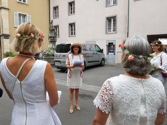 Stadtführerin Agnes Henz ist heute mit den Stadträtinnen und Stadträten unterwegs. Die filigranen Blumenkränzli hat Stadträtin Franziska Graf organisiert.