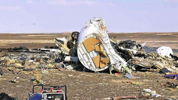 Überreste des abgestürzten russischen Flugzeugs auf der Sinai-Halbinsel - mehrere Fluggesellschaften meiden das Gebiet.
