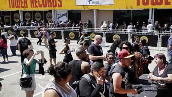 Kein Aprilscherz: Guns N'Roses haben nach Jahren der Trennung wieder zueinander gefunden und in Los Angeles ein Überraschungskonzert gegeben - die grössten Fans wollten natürlich dabei sein.