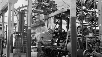 Lange her: Auf dieser grossen Maschine wurden in Lotzwil während rund 35 Jahren Teppiche geknüpft. (Foto von Frano Meyer-Henn. NachlasS Meyer-Henn, Staatsarchiv Bern.)