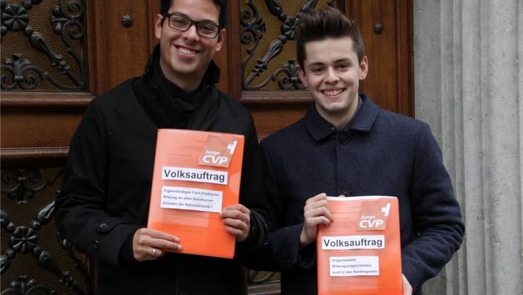 Sind stolz auf «ihre» Volksaufträge: Die beiden Jung-CVP-Politiker Luca Strebel und Glenn Steiger (r.).
