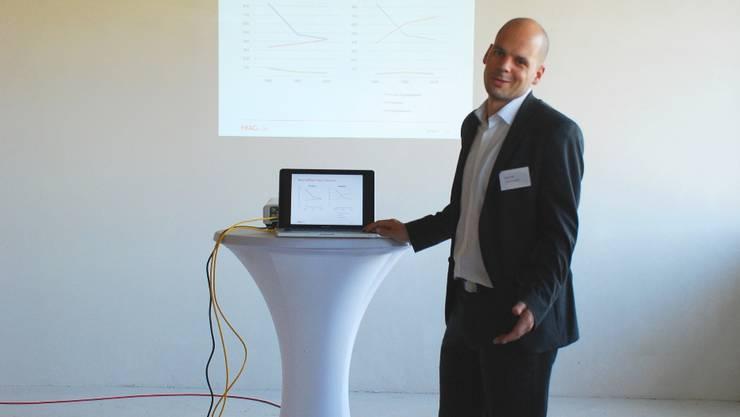 Projektentwickler der HIAG, Lukas Fehr, stellt «Newport» vor.  PHN