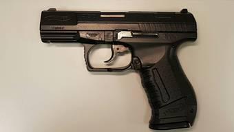 Das Imitat sieht einer echten Waffe sehr ähnlich.