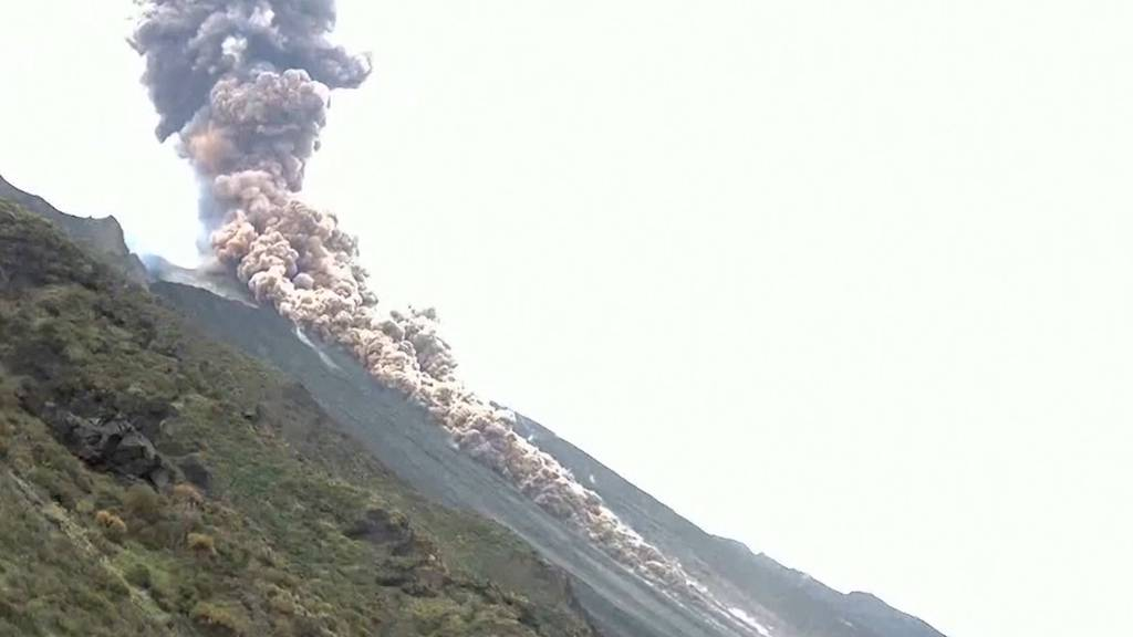 Eruption am Stromboli: Explosion und Lavastrom