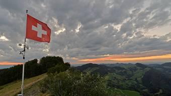 So majestätisch die Schweizerfahne auf dem Passwang im Wind weht, Corona und Waldbrandgefahr dämpfen die Vorfreude auf den Nationalfeiertag.