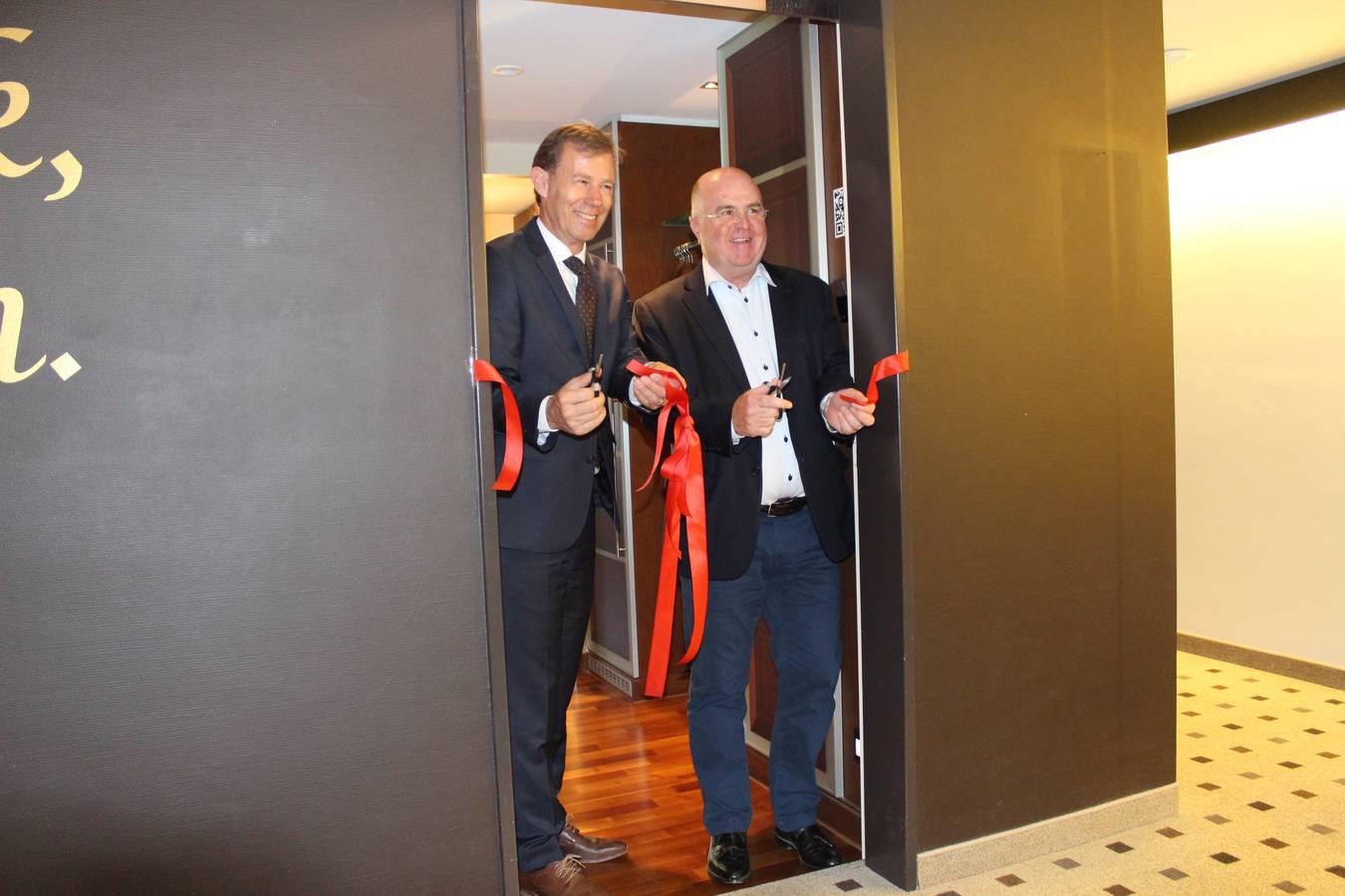 Roland Rhyner (Direktor Hotel Säntispark, links) und Markus Vettiger (CEO Maestrani) eröffnen die beiden Hotelzimmer. (© FM1Today/Krisztina Scherrer)