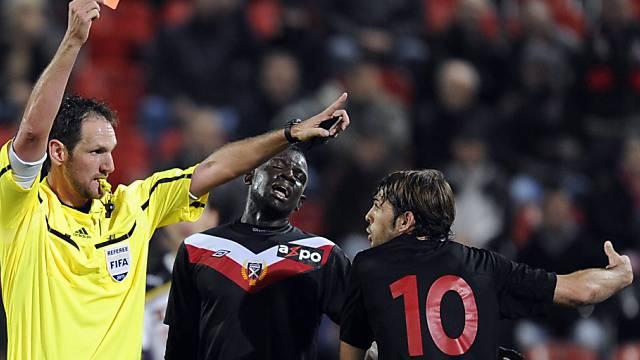 Schiedsrichter Hänni zeigt Xamax-Spieler Sanchez die Rote Karte.