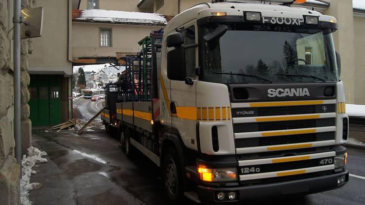 Der Lastwagen beschädigte einen Übergang zwischen zwei Gebäuden. Dieser musste abgerissen werden.