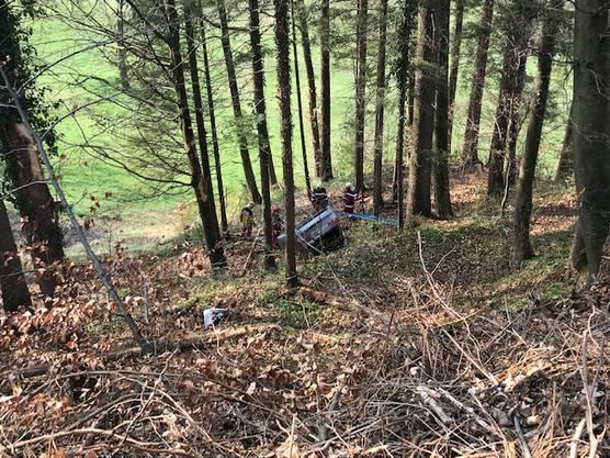 Hausen am Albis ZH, 12. April: Am Freitagmorgen ist ein Auto auf der Albisstrasse in Hausem am Albis einen 30 Meter tiefen Hang hinuntergestürzt. Die zwei Insassen wurden mit unbekannten Verletzungen ins Spital gebracht.