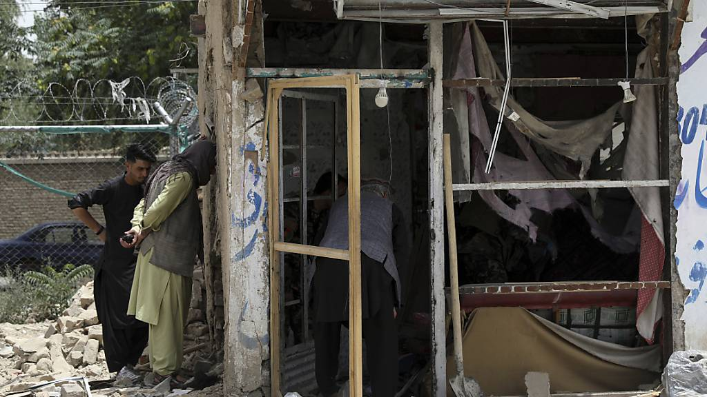 Sicherheitspersonal inspiziert den Ort einer Bombenexplosion in Kabul. Foto: Rahmat Gul/AP/dpa