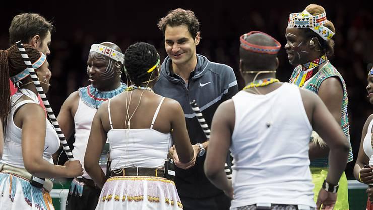 Roger Federer mit afrikanischen Gästen