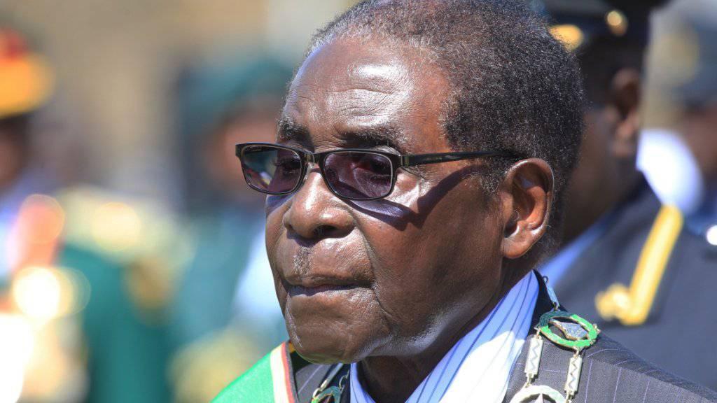 Simbabwes Präsident Robert Mugabe bei einem Auftritt im August: Am Dienstag sorgte er im Parlament für Verwirrung, weil er - ohne es zu merken - eine Rede hielt, die er bereits einen Monat zuvor vorgetragen hatte. (Archivbild)