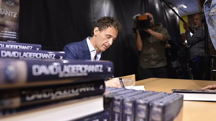 Autor David Lagercrantz signiert in einem Buchladen in Stockholm die ersten Exemplare seines Buches, das die Millennium-Serie von Stieg Larsson fortführen soll.