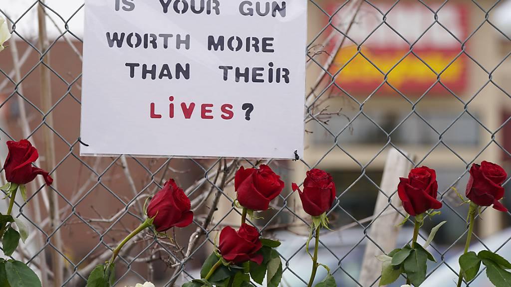 Ein Schild mit der Aufschrift «Is your gun worth more than their lives?» («Ist deine Waffe mehr Wert als ihre Leben?») hängt am Zaun vor dem Einkaufskomplex in Boulder in Colorado. Ein Schütze hat dort zehn Menschen getötet. Foto: David Zalubowski/AP/dpa