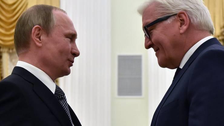 Der deutsche Aussenminister Frank-Walter Steinmeier (r) in Moskau im Gespräch mit Russlands Präsident Wladimir Putin