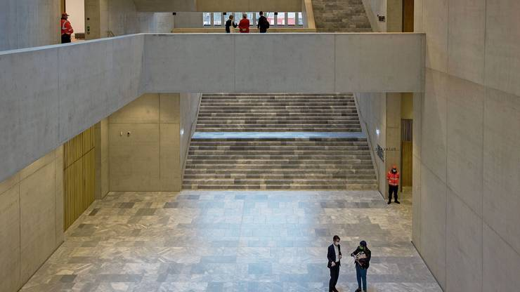 Im Kunsthaus-Erweiterungsbau von David Chipperfield werden die Besucherinnen und Besucher in einer imposanten Eingangshalle empfangen.