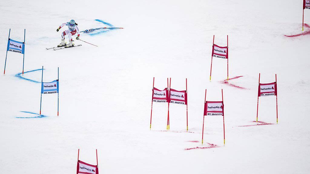 Wendy Holdener (links) und die Österreicherin Katharina Liensberger beim Parallel-Slalom in St. Moritz
