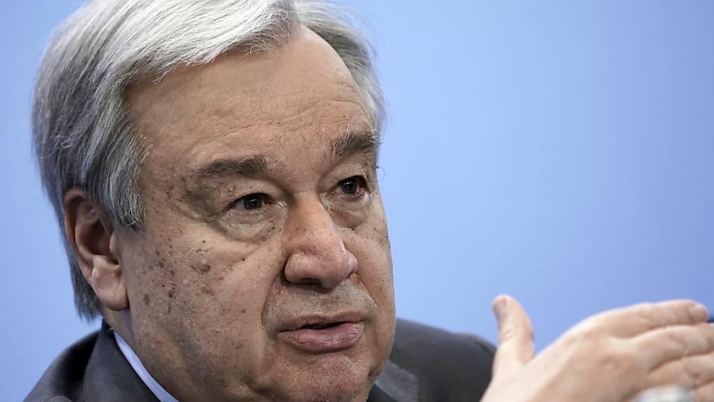 ARCHIV - Antonio Guterres, Generalsekretär der Vereinten Nationen, spricht nach der Libyen-Konferenz auf einer Pressekonferenz. Guterres hat die Zahl von mehr als einer Million Menschen, die nach einer Infektion mit dem Coronavirus gestorben sind, als «qualvollen Meilenstein» bezeichnet. Foto: Michael Kappeler/dpa/Pool/dpa
