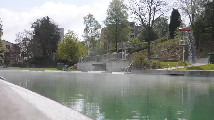 Mit 16,4 Grad ist das Wasser noch kalt und dampft im Sonnenlicht. Trotzdem haben sich die ersten Badegäste angekündigt.