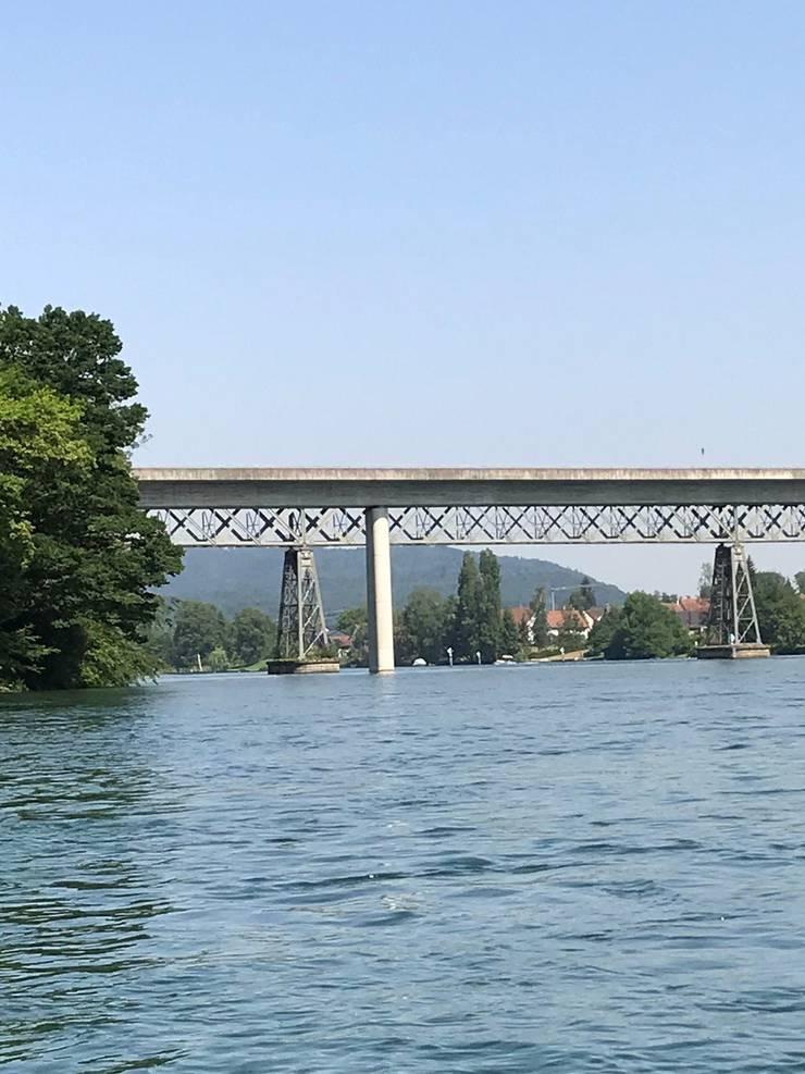 Die zwei Brücken (Auto und Eisenbahn) über den Rhein verbinden Wagenhausen und Hemishofen.