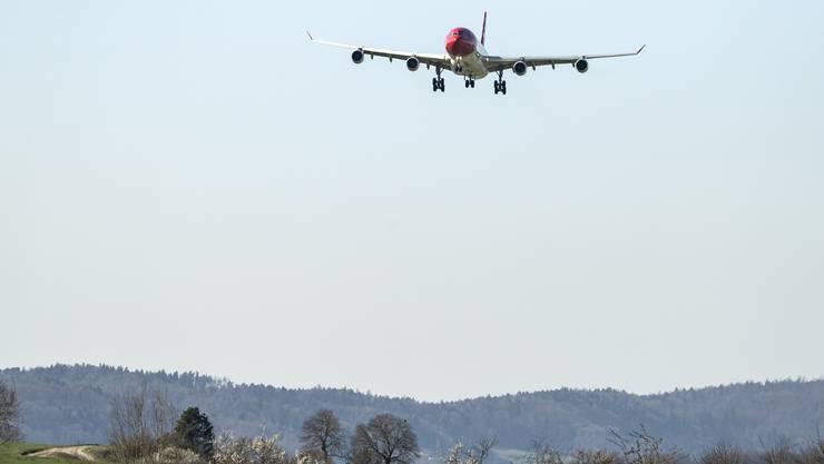Eine Maschine mit Schweizern Rückkehrern landet in Zürich-Kloten.