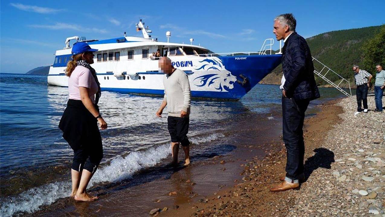 Wer kriegt nasse Füsse? Bundesanwalt Michael Lauber mit seinem Berater Viktor K. 2014 am Baikalsee in Sibirien.