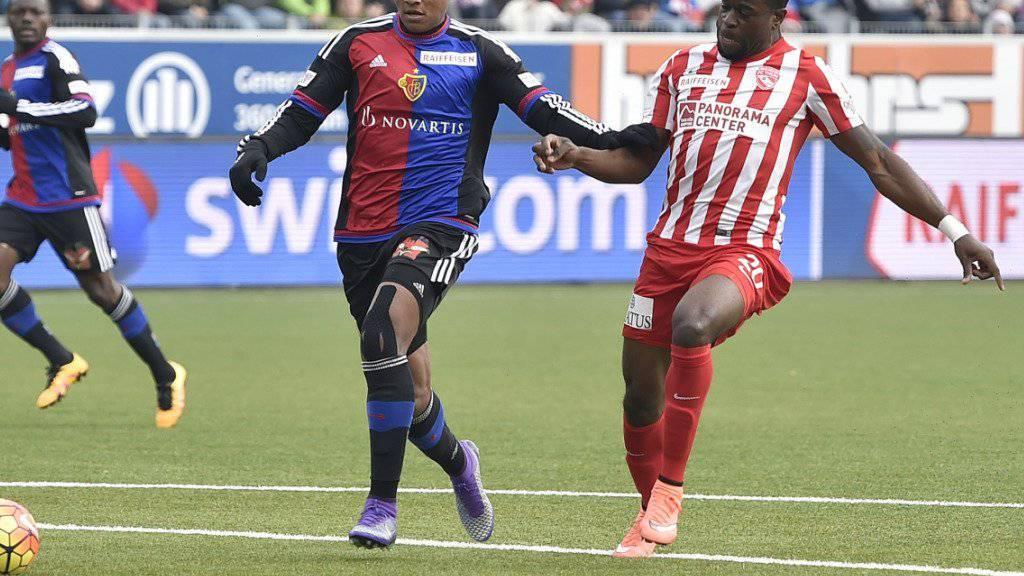 Basels Manuel Akanji (links, gegen Thuns Munsy) kann diese Saison nicht mehr spielen