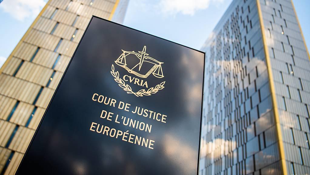 ARCHIV - Ein Schild mit der Aufschrift «Cour de Justice de l'union Européene» steht vor den Bürotürmen des Europäischen Gerichtshofs im Europaviertel in Luxemburg. Foto: Arne Immanuel Bänsch/dpa