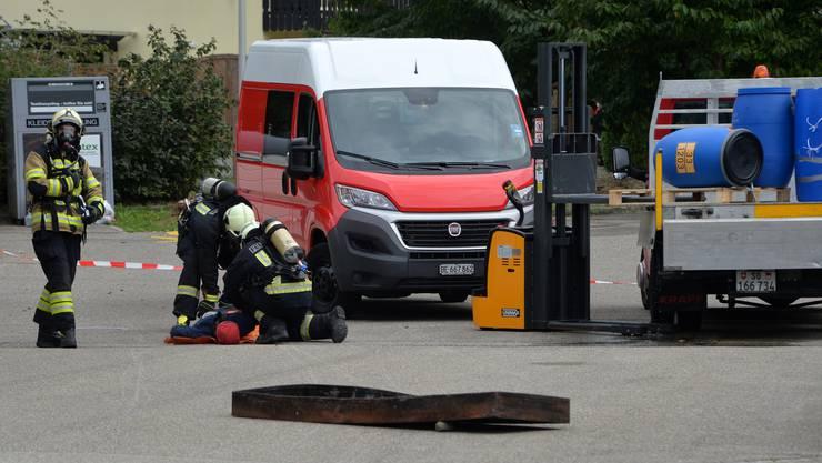 Die Atemschutztruppe rettet nach einem Chamieunfall das Opfer.