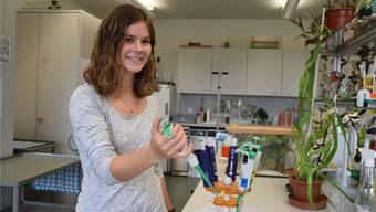 Lorina Locher zeigt, wie eine Mikropipette aussieht. Nora Güdemann