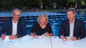 Präsidenten der Gründungsmitglieder (v.l.n.r.): Adrian Escher (Schwimmclub Aarefisch, Aarau), Katharina Urfer (Schwimmclub Tägi Wettingen) und Marcel Jörger (Schwimmclub Region Bremgarten)