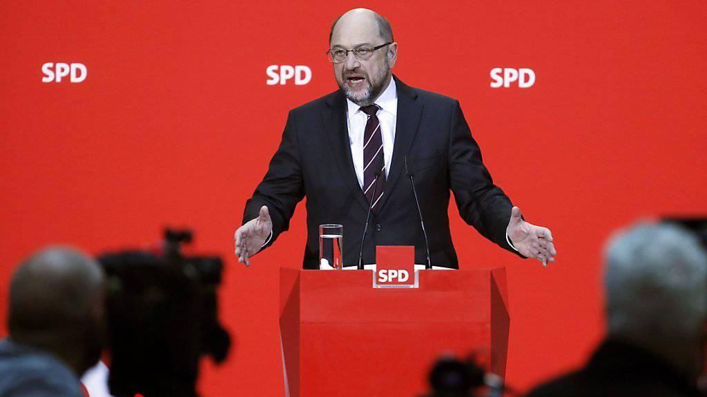 Der SPD-Vorstand ist für Koalitionsgespräche mit der CDU/CSU. Parteichef Martin Schulz verkündet die Kehrtwende der SPD-Spitze.