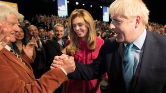 Boris Johnson mit seiner heutigen Freundin Carrie Symonds und seinem Vater Stanley (l.) am Tory-Parteitag in Manchester.