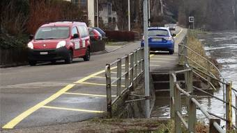Die Rheinstrasse in Wallbach soll in Etappen saniert werden, wobei entlang des Rheins auf diesem Abschnitt hier, zwischen Brütschengasse und Unterdorf/Chalch, auch der Hochwasserschutz mit zu berücksichtigen sein wird. (Archiv)