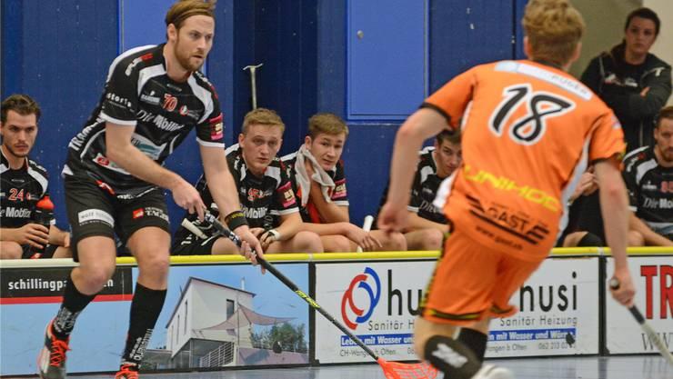 Der Spitzenmann Samuel Schneiter (links) geht auch nächste Saison fürUnihockey Mittelland auf Torejagd.(Archivbild)