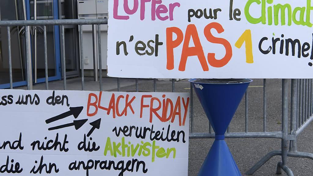 Transparente vor dem Gericht in Freiburg signalisieren Unterstützung für die Angeklagten. Sie sind am Freitag zu Bussen verknurrt worden.
