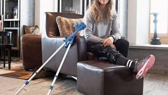 Es ist keine ungewohnte Situation: Aline Danioth mit Krücken und Schiene.