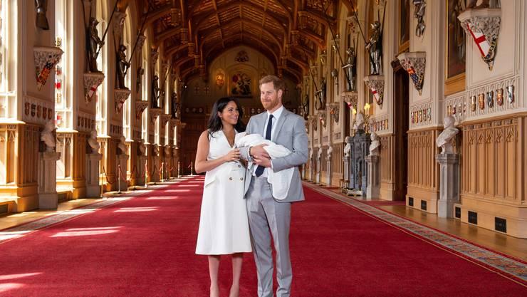 Prinz Harry (rechts) und die Herzogin von Sussex Meghan, zeigen ihr Baby zum ersten Mal der Öffentlichkeit.