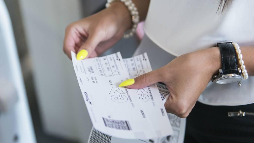 Petition «Ja zur Flugticketabgabe» dem Parlament übergeben