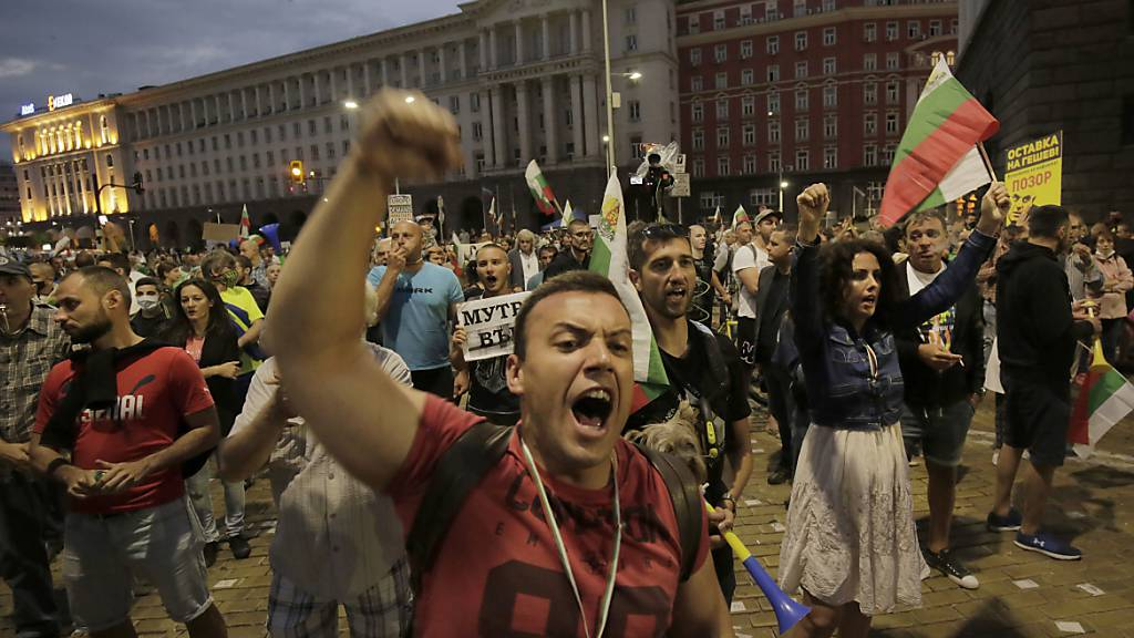 Demonstranten protestieren vor dem Gebäude der Nationalversammlung in Sofia. Foto: Valentina Petrova/AP/dpa