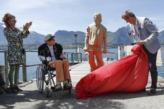 """Die Statue wurde vom Kuenstler Inigo Gheyselinck aus einer Weisstanne aus Polo Hofers Heimatort Interlaken hergestellt. Sie wird später auf dem Schiff """"Blüemlisalp"""" montiert."""