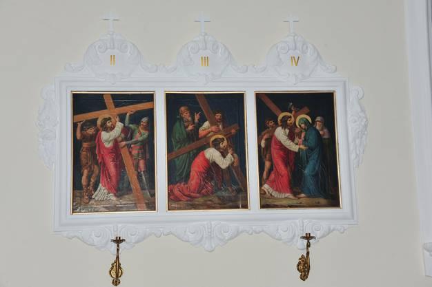 Die Kreuzgang-Bilder und Kerzenhalter wurden von denkmalpflegerisch spezialisierten Handwerkern saniert.