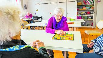 «Es ist gut wenn man nicht immer aufeinander hockt Zuhause.» Frau Widmer im Spiel mit anderen Gästen.