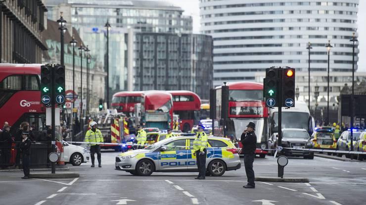 Weiträumig abgesperrt: Das Westminster Parlamentsgebäude wird am Tag nach den Anschlägen überwacht.