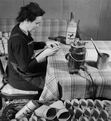 Tütenkleben in Heimarbeit im Jahr 1948. Eine Arbeit, die früher oft Kinder erledigten.